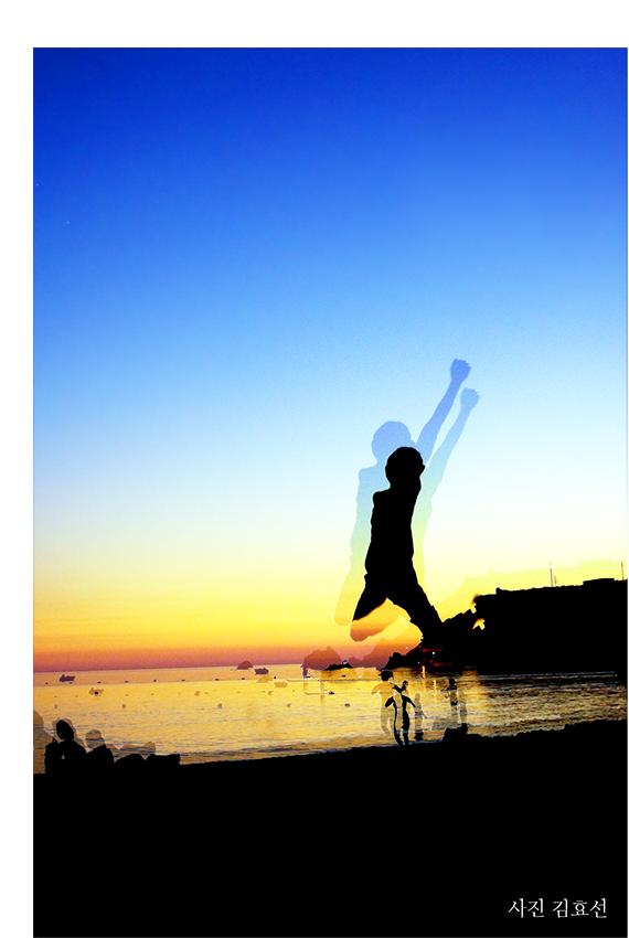 바닷가에서 점프 사진