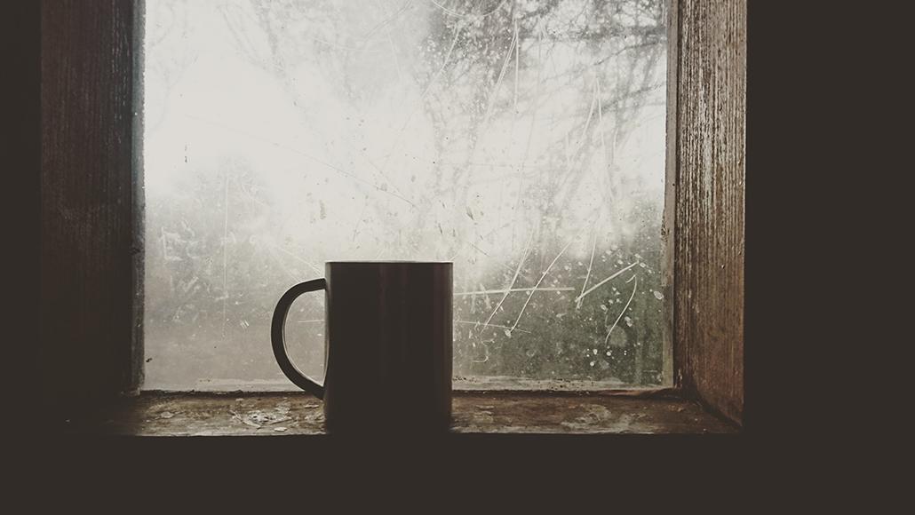 창가에 얹어진 머그컵